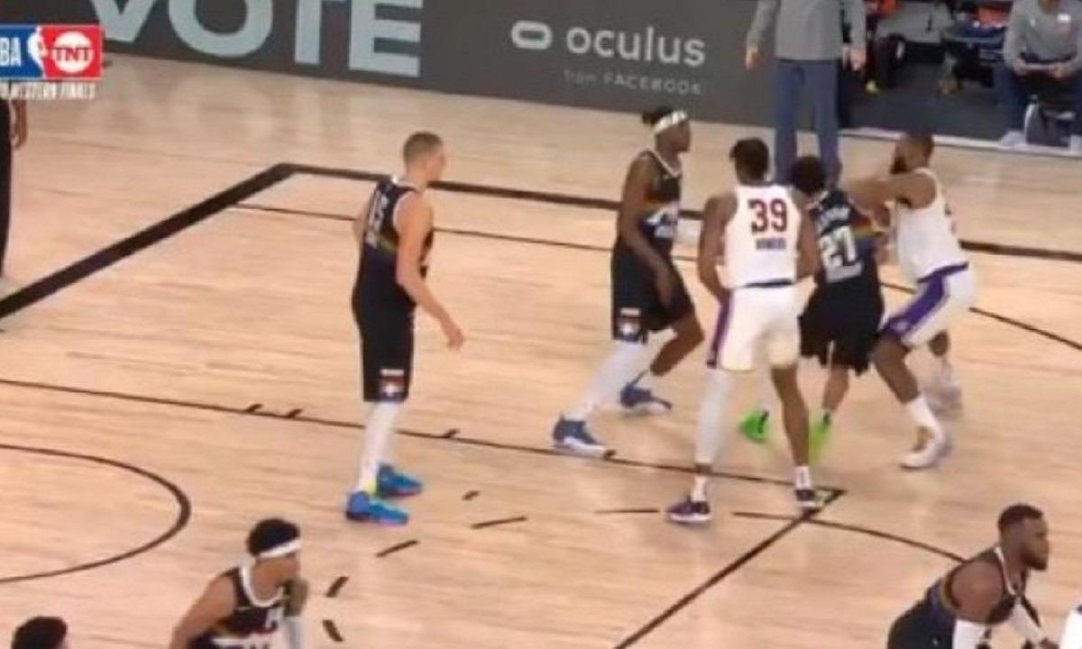 NBA: Ένταση στο Νάγκετς – Λέικερς: Ο Μάρεϊ ρίχνει αγκωνιά στον ΛεΜπρόν (vids)