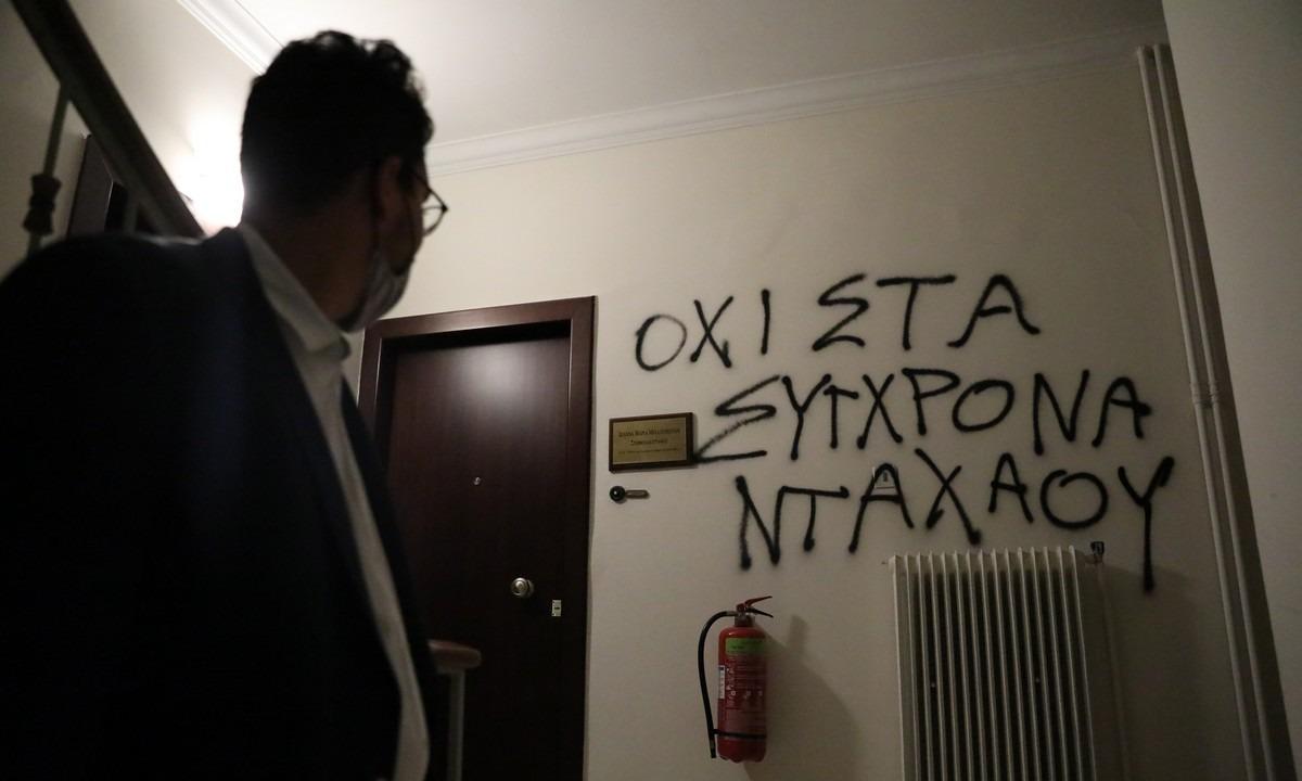 Πέτσας για επίθεση σε Μηταράκη: Η κυβέρνηση δεν πτοείται από τέτοιες επιθέσεις