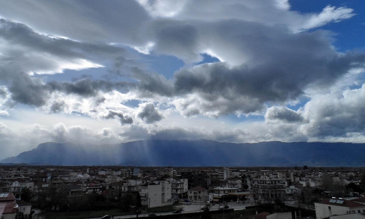 Καιρός 23/9: Νεφώσεις και σποραδικές βροχές