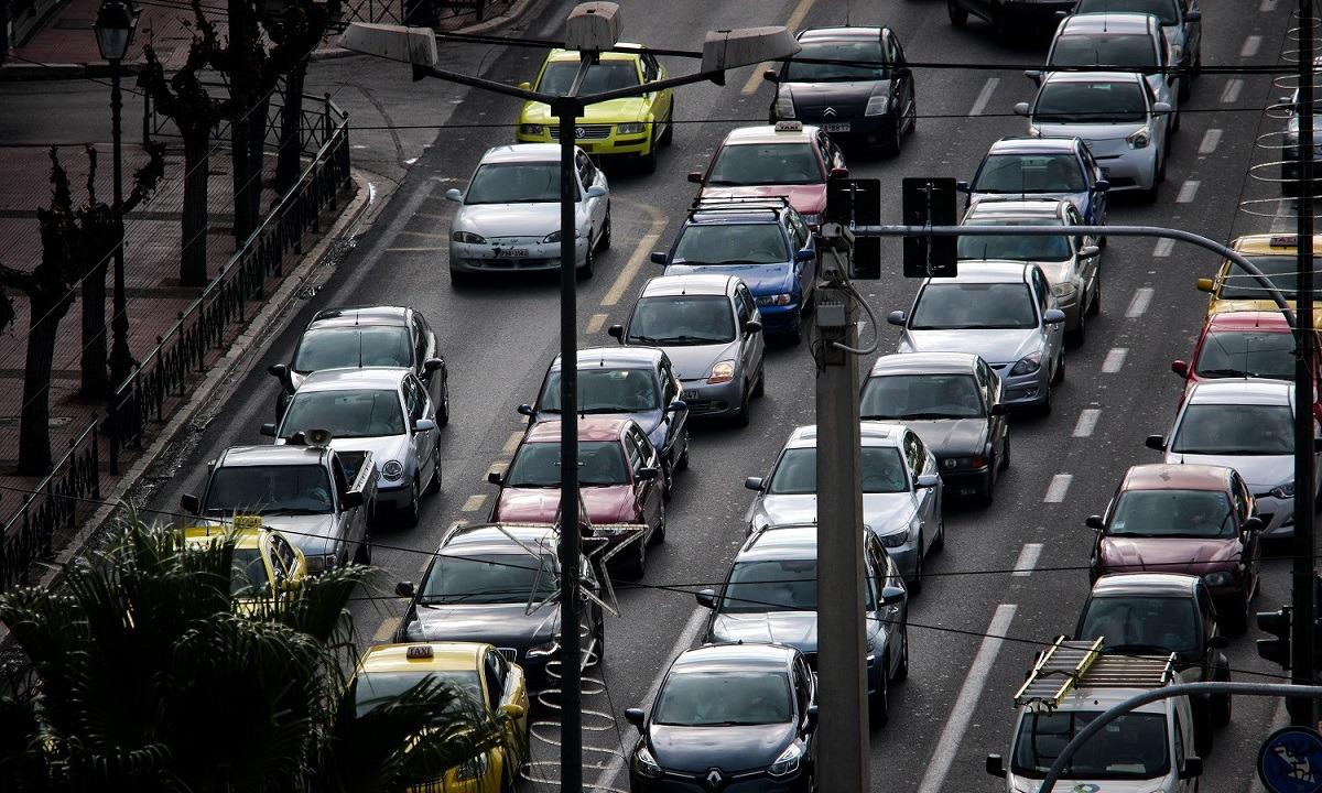 Διακοπή κυκλοφορίας στη Θηβών λόγω ανατροπής οχήματος