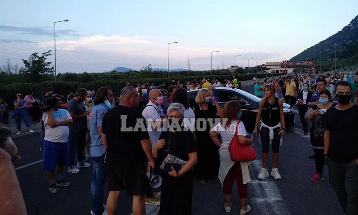 Καμένα Βούρλα: Αντιδράσεις για την εγκατάσταση προσφυγόπουλων – Κάτοικοι έκλεισαν την Εθνική Οδό (vid)