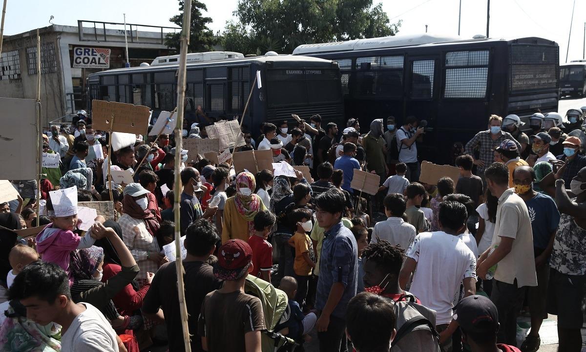 Μόρια: Καζάνι που βράζει η Λέσβος – Πετροπόλεμος μεταξύ μεταναστών και  ΕΛ.ΑΣ. | sportime.gr