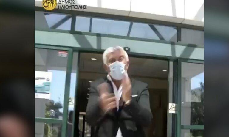 Δήμος Ηλιούπολης για άνοιγμα σχολείων: «Όποιος δεν φοράει μάσκα θα τον πετσοκόψω»!