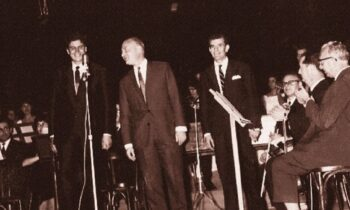 1964 - «Άξιον Εστί»: Όταν το εμβληματικό έργο έκανε πρεμιέρα στο θέατρο REX