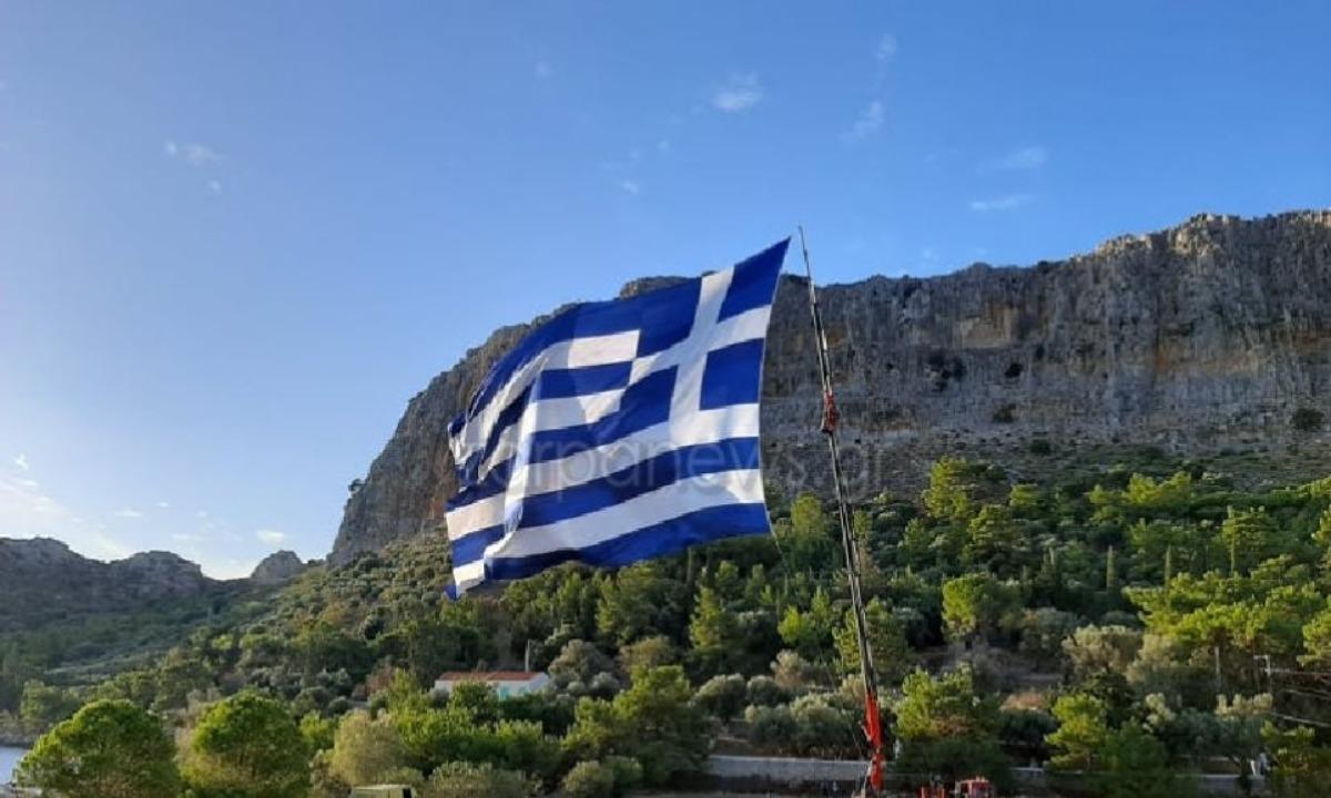 Καστελόριζο: Κρητικός ύψωσε την μεγαλύτερη ελληνική σημαία (vid)