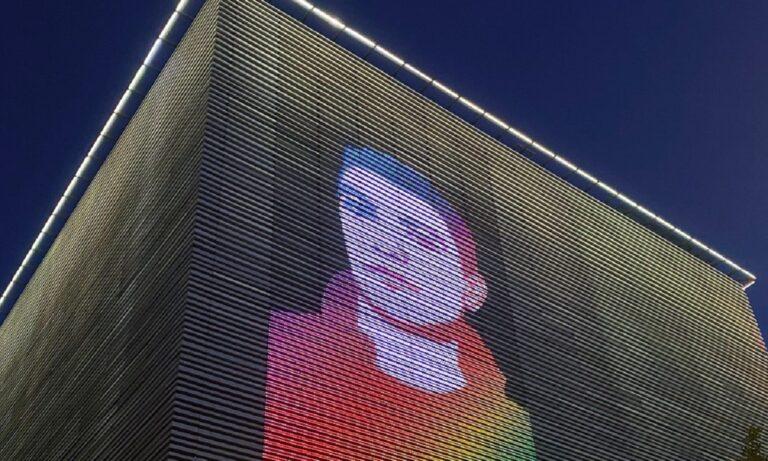 Ζακ Κωστόπουλος: To πρόσωπό του στο κτίριο της Στέγης ιδρύματος Ωνάση (pic)