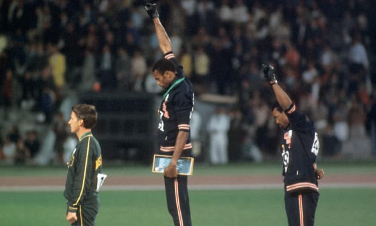 1968 Ολυμπιακοί Αγώνες: Δύο Αφροαμερικανοί και ένας λευκός υψώνουν τη γροθιά τους κατά του ρατσισμού