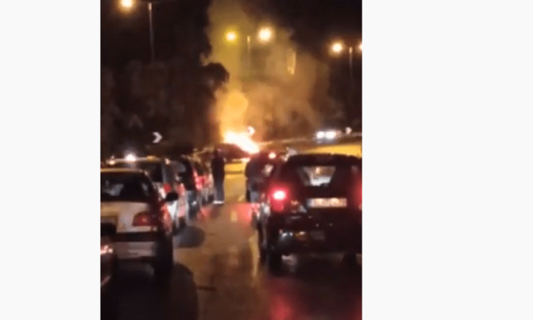 Αθήνα: Αυτοκίνητο τυλίχτηκε στις φλόγες στην Κατεχάκη έπειτα από τροχαίο (vid)