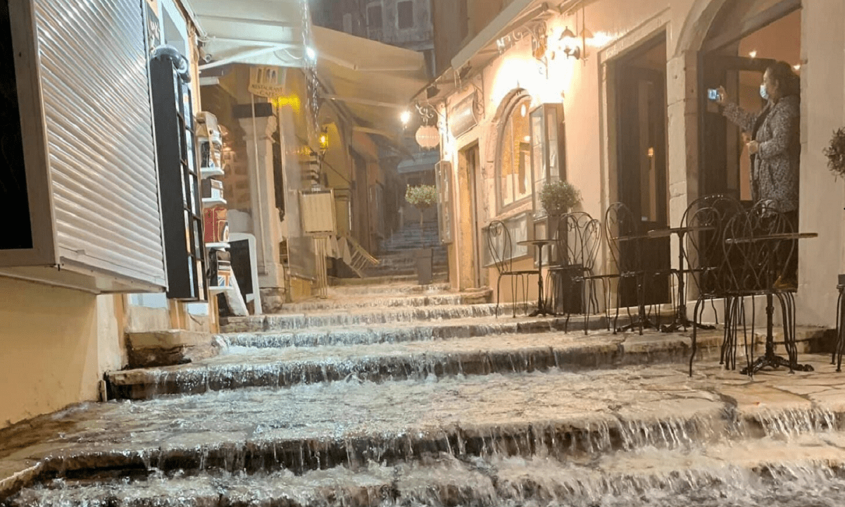 Καιρός: Επελαύνει η κακοκαιρία – Ισχυρές καταιγίδες στο Ιόνιο (pics, vid)