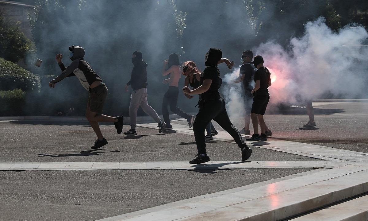 Μολότφ και χημικά στο πανεκπαιδευτικό συλλαλητήριο στο Σύνταγμα (vid)