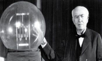 Ο Τόμας Έντισον δοκιμάζει με επιτυχία τον πρώτο ηλεκτρικό λαμπτήρα πυράκτωσης (vid)