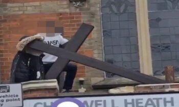 Μεταναστευτικό: Τον γύρο του διαδικτύου κάνει βίντεο κατά το οποίο νεαρός μετανάστης φαίνεται να καταστρέφει σταυρό έξω από αγγλική εκκλησία.