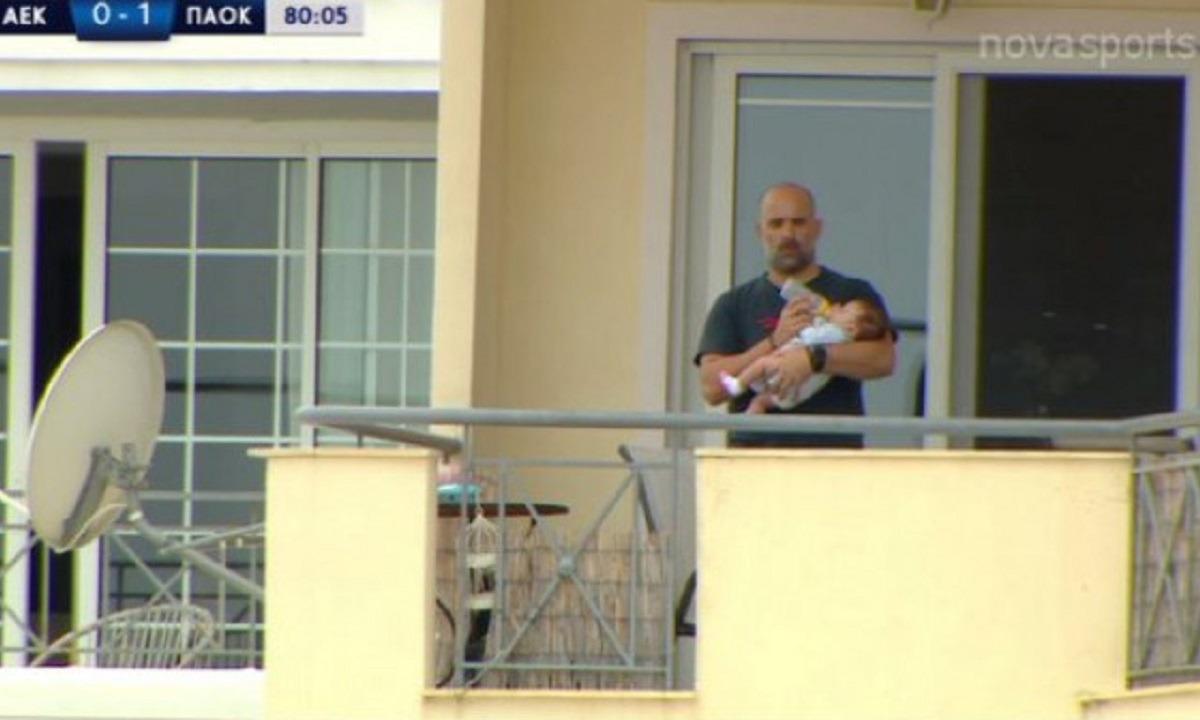 ΑΕΚ – ΠΑΟΚ Κ19: Ο φίλαθλος της χρονιάς! Τάιζε το μωρό με μπιμπερό και έβλεπε τον αγώνα!