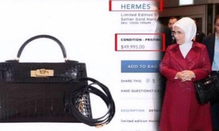 Η Εμινέ Ερντογάν είχε κρατήσει την συγκεκριμένη τσάντα σε ταξίδι της στο Ηνωμένο Βασίλειο αλλα και κατά την επίσκεψη του Τούρκου Προέδρου στις ΗΠΑ.