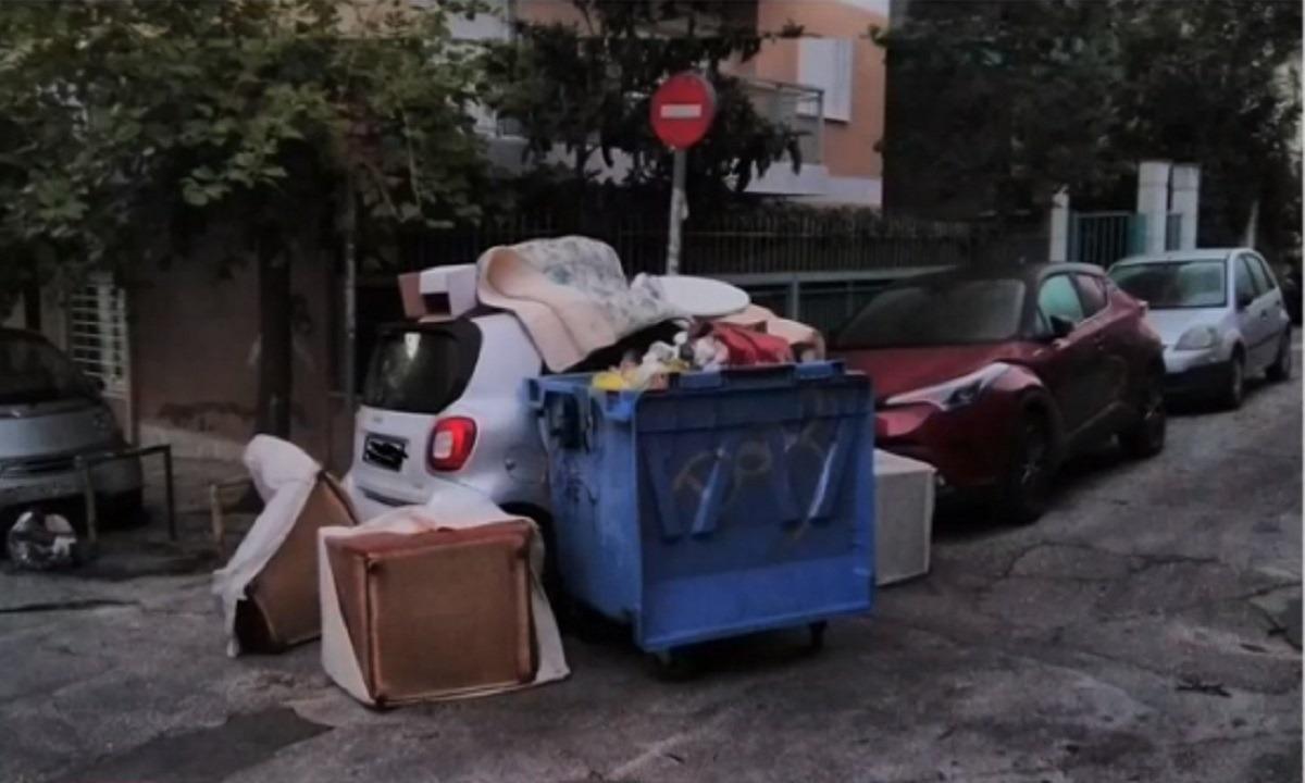 Ασυνείδητος οδηγός πάρκαρε σε διάβαση πεζών και βρήκε το αμάξι του γεμάτο σκουπίδια