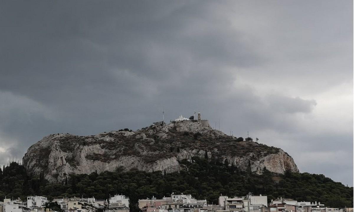 Καιρός: Σκοτείνιασε η Αθήνα – Η κακοκαιρία «Κίρκη» κάνει… παρέλαση