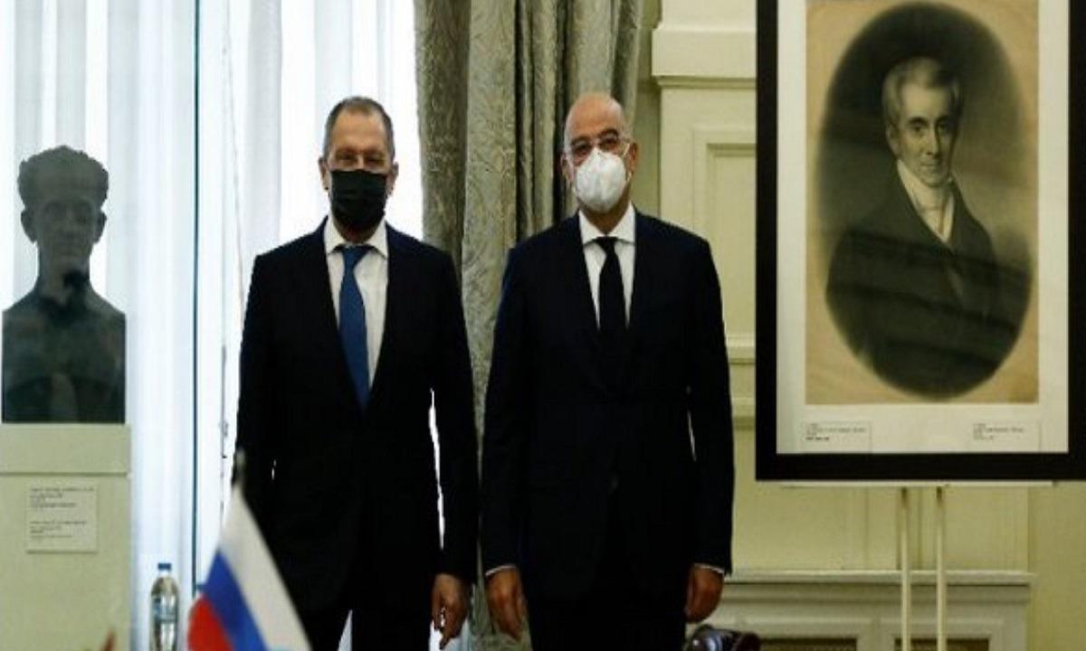Κάτω από τον πίνακα του Ιωάννη Καποδίστρια και δίπλα από την προτομή του πρώτου κυβερνήτη της Ελλάδας και πρώην υπουργού Εξωτερικών της Αυτοκρατορικής Ρωσίας, έγινε η συνάντηση του Ρώσου ΥΠΕΞ με τον Έλληνα ομοογό του.