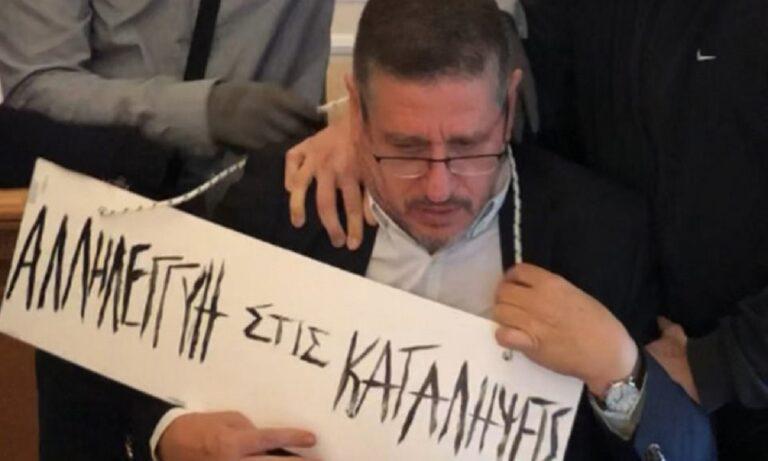 ΑΣΟΕΕ: Κουκουλοφόροι πέρασαν ταμπέλα στο λαιμό του πρύτανη (vid)