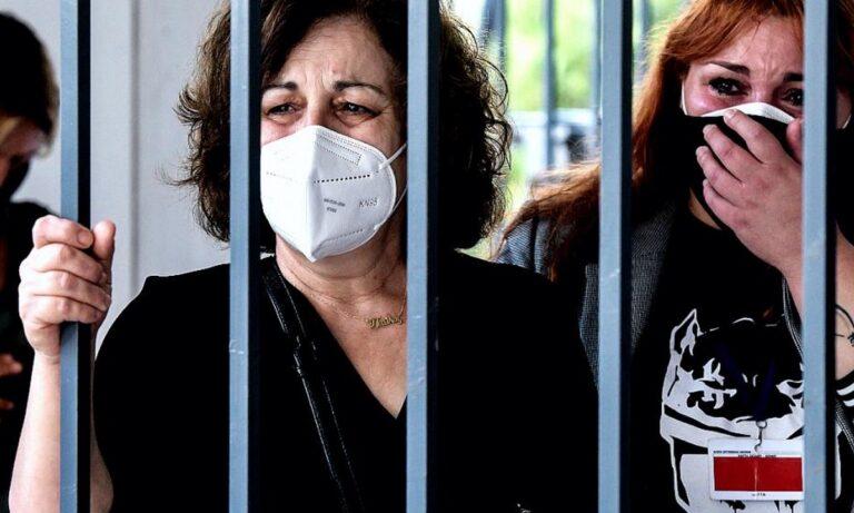 Δίκη Χρυσής Αυγής: Με λυγμούς και υψωμένες γροθιές υποδέχτηκε η Μάγδα Φύσσα την ιστορική απόφαση!