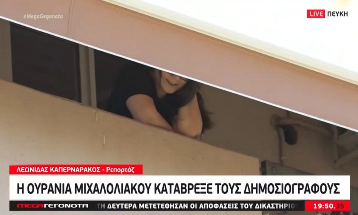 Χρυσή Αυγή: Έχασε την ψυχραιμία της η κόρη του Μιχαλολιάκου – Μπουγέλωσε τους δημοσιογράφους! (vid)