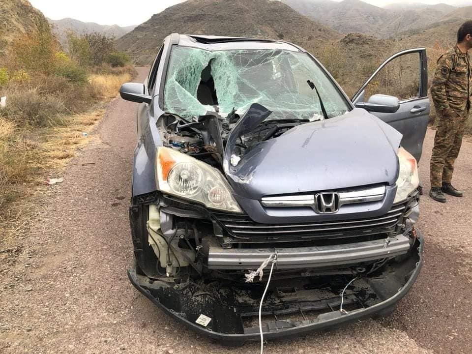 Ναγκόρνο Καραμπάχ: Ένα drone αυτοκτονίας, SkyStriker των Ενόπλων Δυνάμεων του Αζερμπαϊτζάν έπεσε στο αυτοκίνητο ενός Αρμένιου ιερέα.
