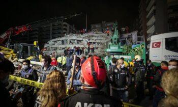 Σμύρνη: Μάχη με το χρόνο για να ανασύρουν τους εγκλωβισμένους από τον μεγάλο σεισμό (vids)