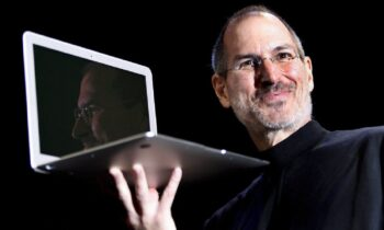 O χαρισματικός Στιβ Τζομπς και η «μαγική» ιστορία της Apple που άλλαξε τον κόσμο (vids)