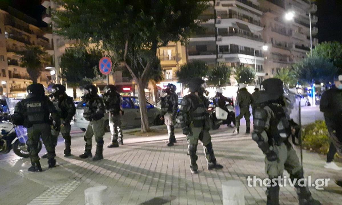 Θεσσαλονίκη: Επεισόδια μεταξύ διαδηλωτών κατά του lockdown και αστυνομικών (vid)