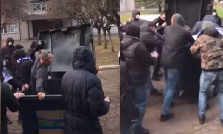 Ουκρανία: Οπαδοί πέταξαν τον υπεύθυνο του γηπέδου σε κάδο σκουπιδιών! (Video)