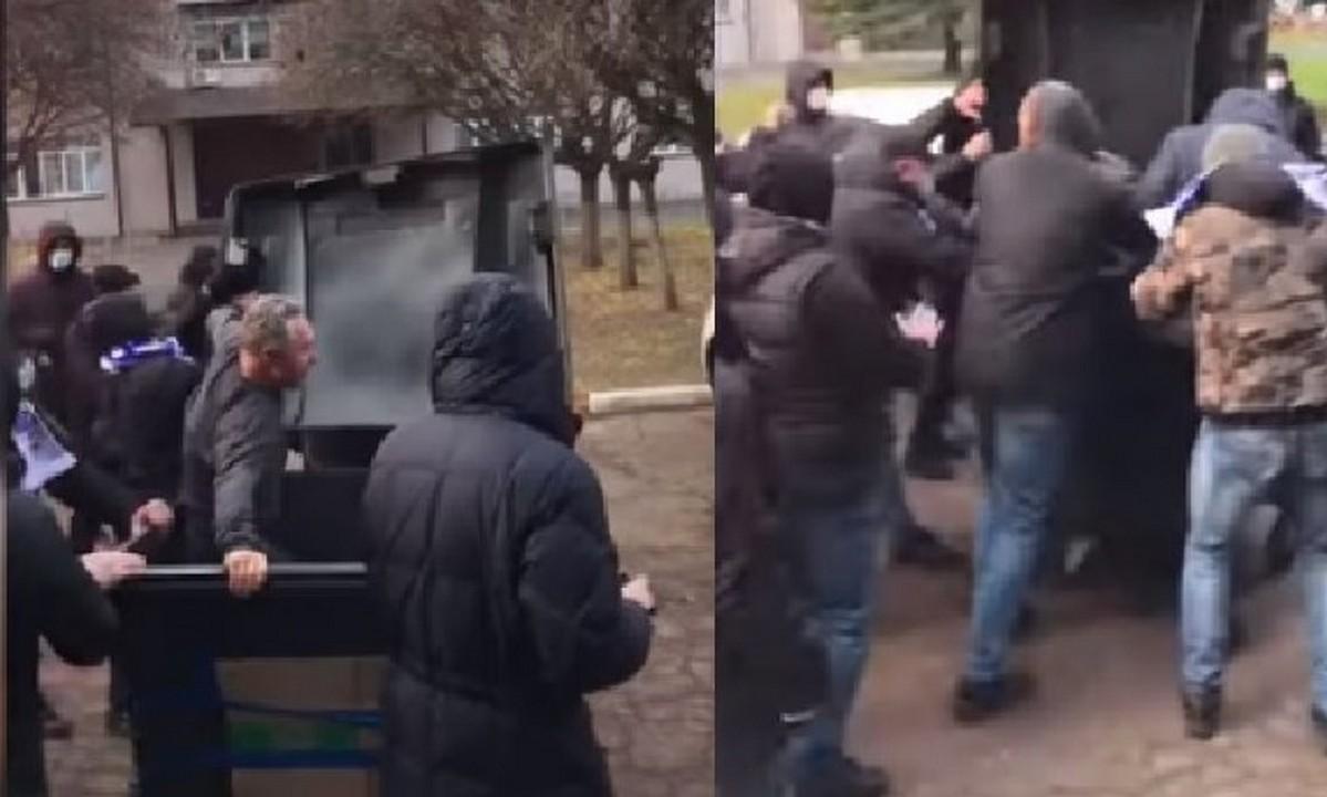 Ουκρανία: Οπαδοί πέταξαν τον υπεύθυνο του γηπέδου σε κάδο σκουπιδιών!