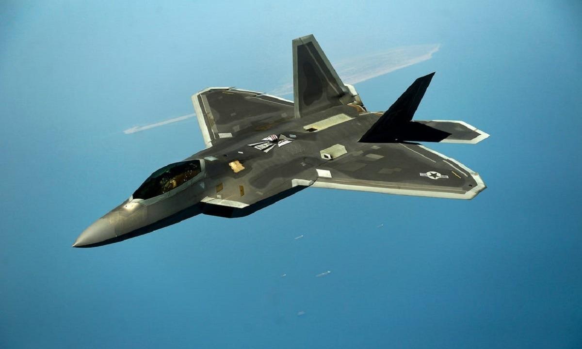 Απίστευτα πλάνα που «κόβουν» την ανάσα από το πιλοτήριο ενός stealth μαχητικού αεροσκάφους F-22 Raptor