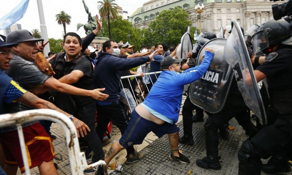 Μαραντόνα: Ξύλο, επεισόδια και δακρυγόνα – Διακόπηκε το λαϊκό προσκύνημα! (pics)