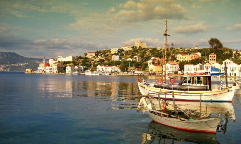 Eλληνοτουρκικά: Eλληνικό F-16 χαιρέτησε τους κατοίκους του Καστελόριζου – Οι Τούρκοι έβλεπαν
