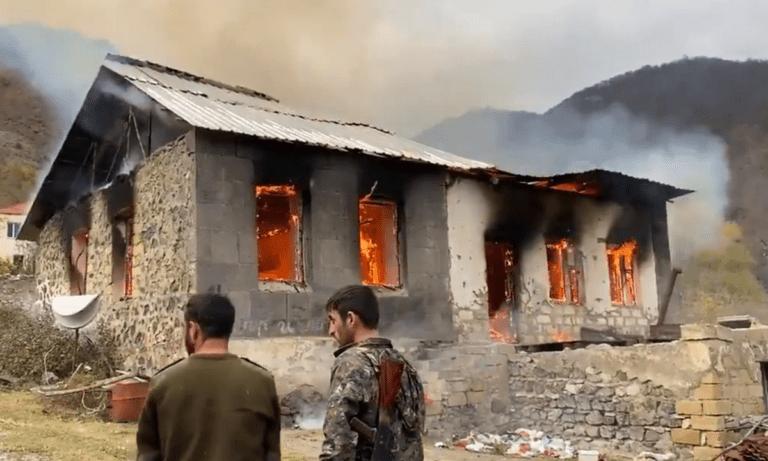 Ναγκόρνο Καραμπάχ: Οι Αρμένιοι καίνε τα σπίτια τους στο Αρτσάχ – «Αζέροι, δεν θα μείνετε σε αυτά»