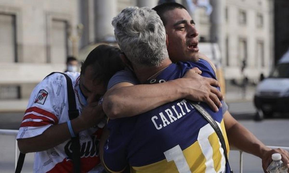 Απίστευτο: Οπαδοί της Μπόκα και της Ρίβερ κλαίνε αγκαλιά για τον Μαραντόνα!