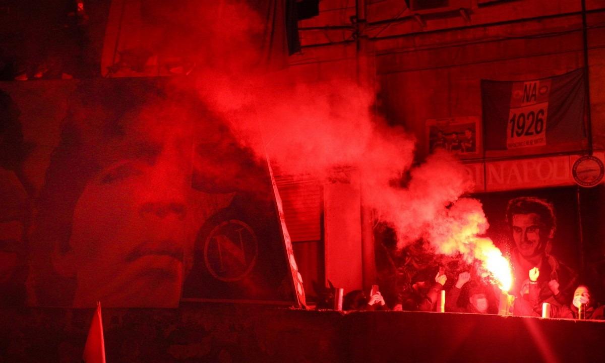 Οι Ναπολιτάνοι στους δρόμους για τον Ντιέγκο Μαραντόνα – Αναμμένοι οι προβολείς του «Σαν Πάολο» (vid+pics)