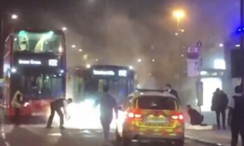 Συναγερμός στο Λονδίνο: Αυτοκίνητο «έπεσε» πάνω σε αστυνομικό τμήμα