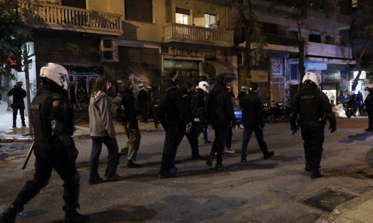 Εξάρχεια: Φωτιά και προσαγωγές μετά τη συγκέντρωση διαμαρτυρίας για το Πολυτεχνείο (vid)