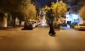 Κορονοϊός: Μια διαφορετική λιτανεία από τις άλλες πραγματοποιήθηκε στην περιοχή της Αγίας Μαρίνας στην Ηλιούπολη Αθήνας, λόγω των συνθηκών του lockdown.