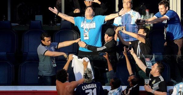 Μαραντόνα: AD10S Diego, «έφυγε» για τους ουρανούς (vids). Πραγματοποιήθηκε η κηδεία του Μαραντόνα με χιλιάδες οπαδούς του ποδοσφαίρου και του τεράστιου αυτού παίκτη να τον ακολουθούν στην τελευταία του κατοικία...