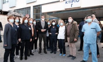 Μητσοτάκης: «Όχι υποχρεωτικό, αλλά απαραίτητο να κάνουμε όλοι το εμβόλιο» (vid). Στην Θεσσαλονίκη βρέθηκε σήμερα (28/11) ο πρωθυπουργός Κυριάκος Μητσοτάκης, ο οποίος επισκέφθηκε τα νοσοκομεία Παπαγεωργίου και Ιπποκράτειο
