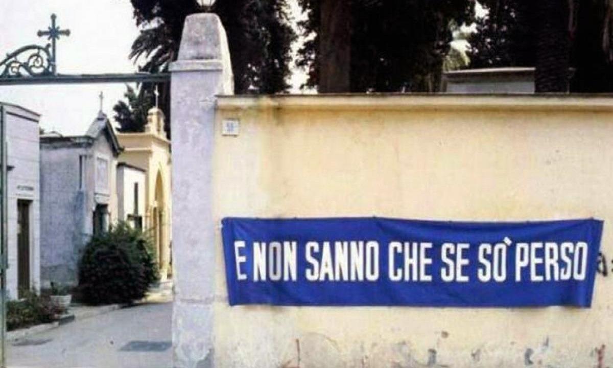 Το πανό έξω από το νεκροταφείο στη Νάπολη: «Δεν ξέρετε τι χάσατε»