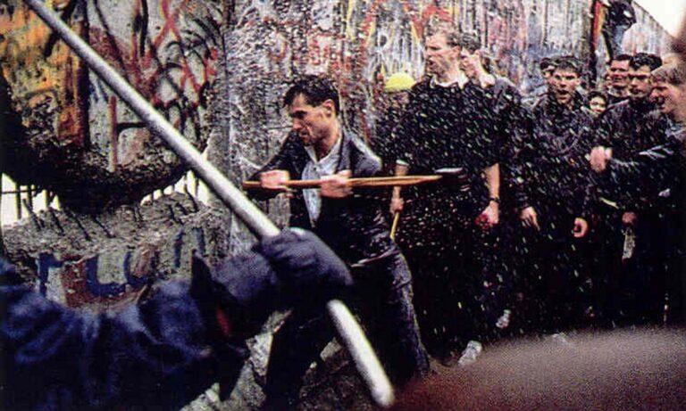 Σαν σήμερα: Πέφτει το «Τείχος του Βερολίνου» και αλλάζει την Ευρώπη (vids)