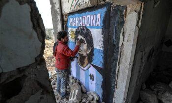 Συγκλονιστικό: Σύριος πενθεί τον χαμό του Μαραντόνα στα χαλάσματα του πολέμου (pic)