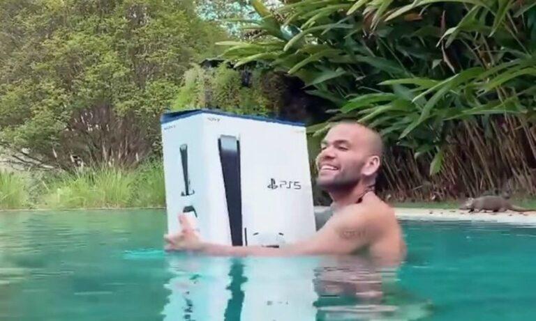 VIRAL: Ο Ντάνι Άλβες πήγε για μπάνιο με το…PlayStation 5! (vid)