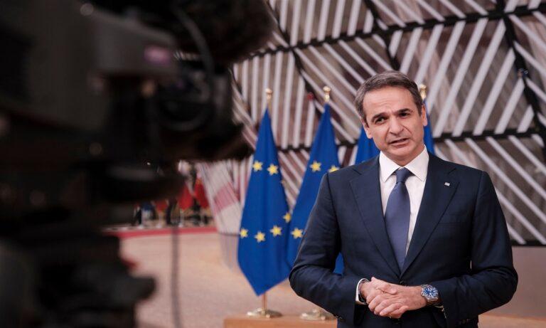 Κυριάκος Μητσοτάκης με φόντο την σημαία της Ευρωπαϊκής Ένωσης