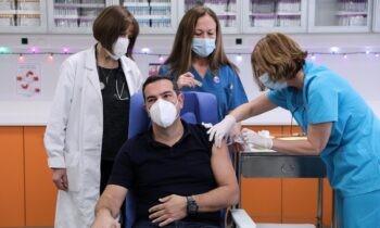 Κορονοϊός - Ελλάδα: Έκαναν το εμβόλιο Τσίπρας, Χρυσοχοΐδης και άλλοι πολιτικοί (vid)