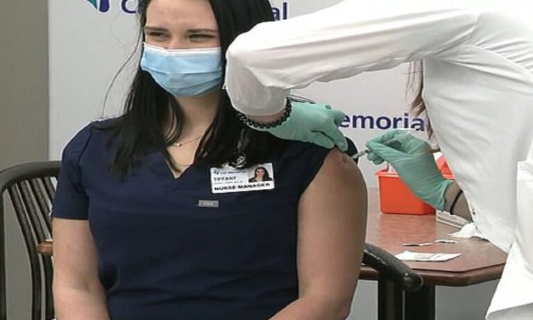 Κορονοϊός: Νοσοκόμα λιποθύμησε live μετά το εμβόλιο της Pfizer