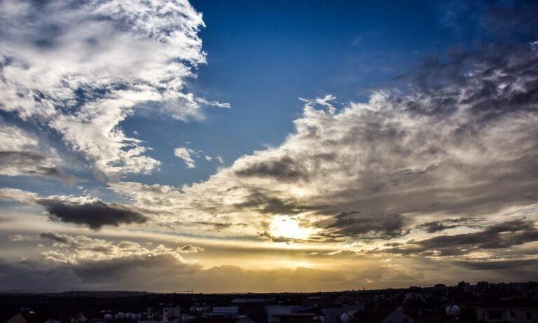 Καιρός 11/1: Υψηλή θερμοκρασία, με συννεφιά και βροχές