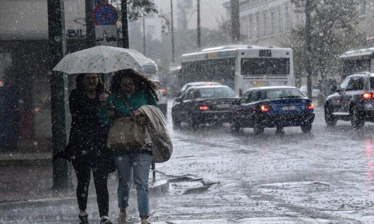 Καιρός 3/12: Έντονες νεφώσεις και τοπικές βροχές